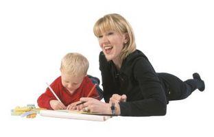 Comment aider un enfant en bas âge tenir un crayon