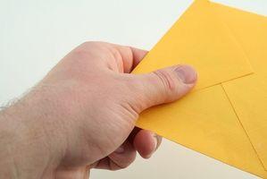 Etiquette pour la main Delivering Invitations de mariage
