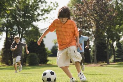 Jeux dans lesquels les enfants passent la balle à l'autre