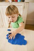 Que puis-je faire pour encourager les tout-petits à jouer avec pâte à modeler?