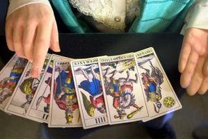 Comment apprendre la propagation de cinq cartes avec des cartes de Tarot