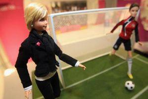 Comment teindre les cheveux d'une poupée Barbie sans colorant alimentaire