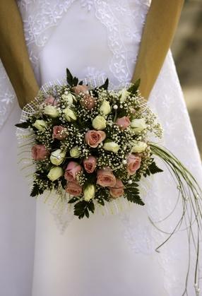 Comment Porter un bouquet de mariée