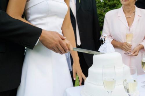 Comment assembler un gâteau de mariage empilé