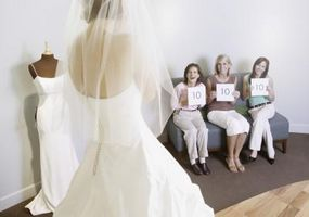 Comment Bustle une robe de mariée à volants
