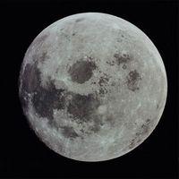 Comment calculer la vitesse à laquelle la Lune autour de la Terre