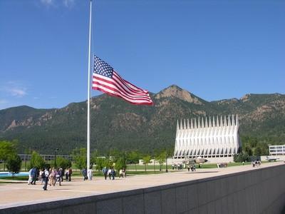 Comment voler un drapeau monté sur mur Memorial Day