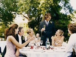 Qui est assis à la table réservée au mariage?