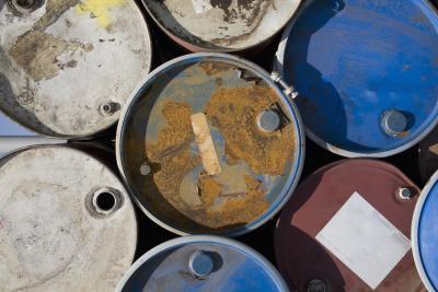 Quels sont les enjeux associés à la manipulation et l'élimination des déchets solides?