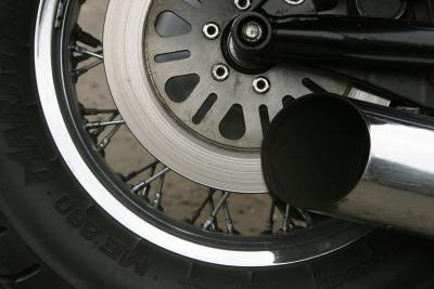 Comment savoir quand un pneu de moto est hors d'équilibre