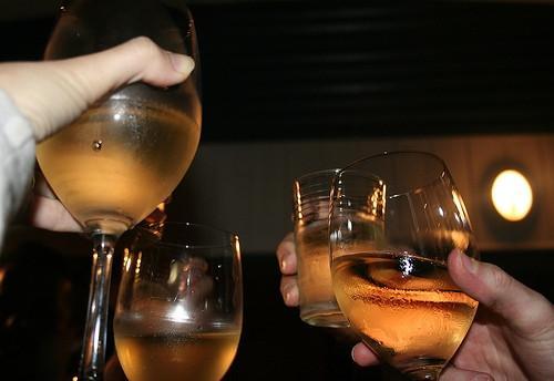 Pourquoi les gens cliquent leurs verres avant de boire?