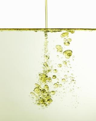Ce qui détermine si l'huile ou de l'eau sera sur le dessus dans une solution?