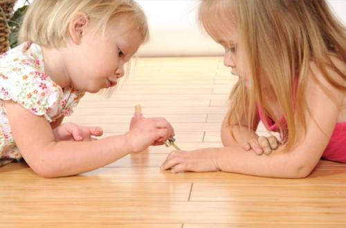 Comment peindre des dessins de fleurs sur Ongles d'un enfant