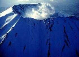 Pourquoi les volcans se forment le long bord des plaques tectoniques?