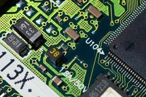 Composants dans une carte de circuit imprimé