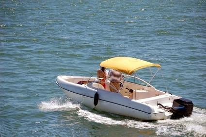 Comment enlever les taches de bugs difficiles d'un bateau en fibre de verre