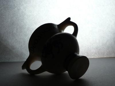 Comment identifier les marques de fabrique sur vases antiques