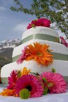 Comment décorer un gâteau de mariage Utilisation de fleurs artificielles