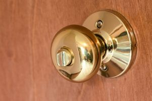 Pourquoi obtenez-vous choqué quand vous touchez le Doorknob?
